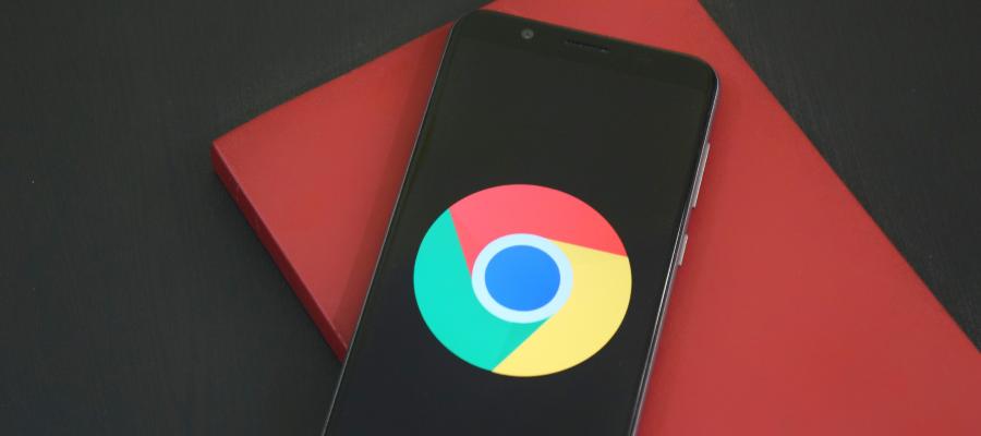 Puhelin, jonka näytöllä on Google Chromen ikoni. Blogitekstin artikkelikuva.